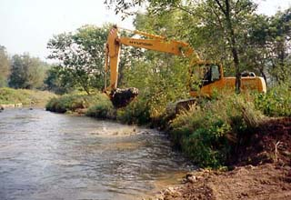 Preparing an eroded bank to set the structure.lunker1.jpg 23Kb